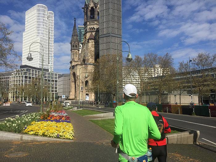 Läufer vor Kaiser-Wilhelm-Gedächtniskirche und Hochhaus Upper West