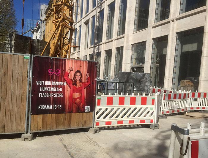 Baustelle mit Plakat Hunkemöller