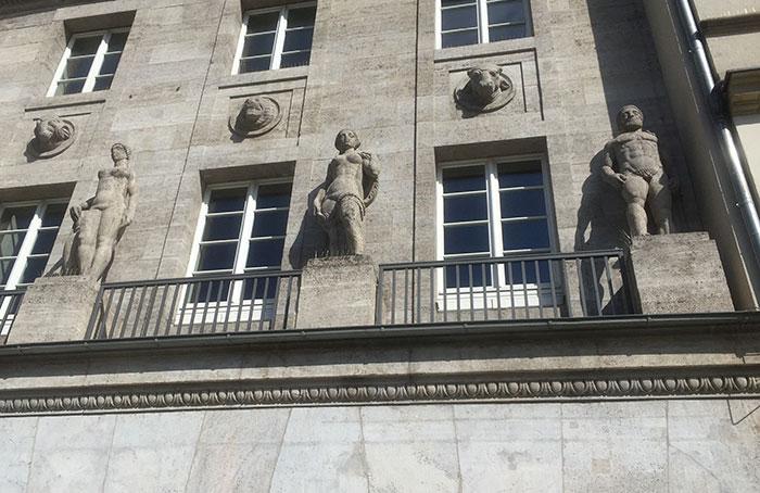 Steinstatuen an einem Gebäude