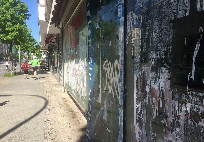 Beschmierte und verklebte Schaufenster an der Kantstraße
