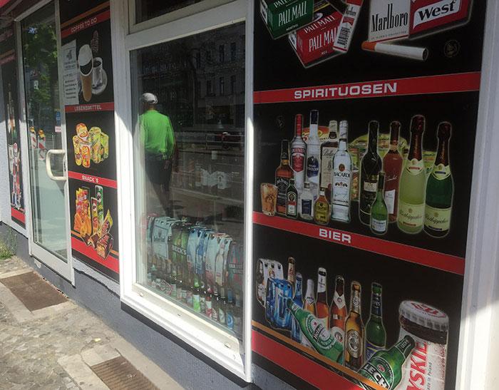 Ein Laden wirbt für Zigaretten, Spirituosen und Bier