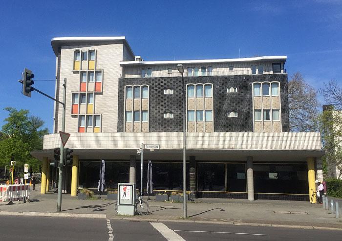 Gebäude mit auffälliger Fassade