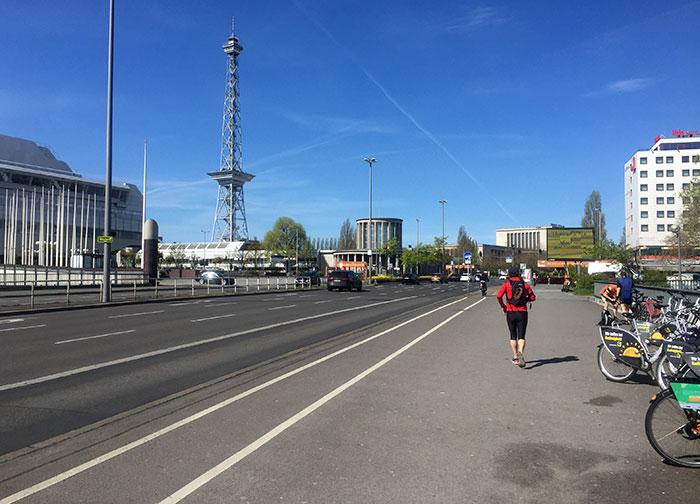 Läufer auf der Brücke über die Stadtautobahn, mit Blick auf den Funkturm und die Messe