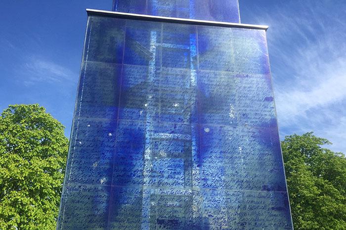 Detail der Beschriftung am Blauen Obelisk