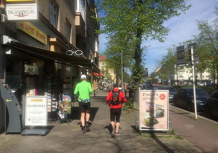 Läufer an einem Zeitungskiosk
