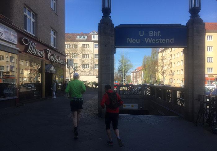 Warteschlange draußen vor Wiener Caffeehaus am U-Bahnhof Neu-Westend