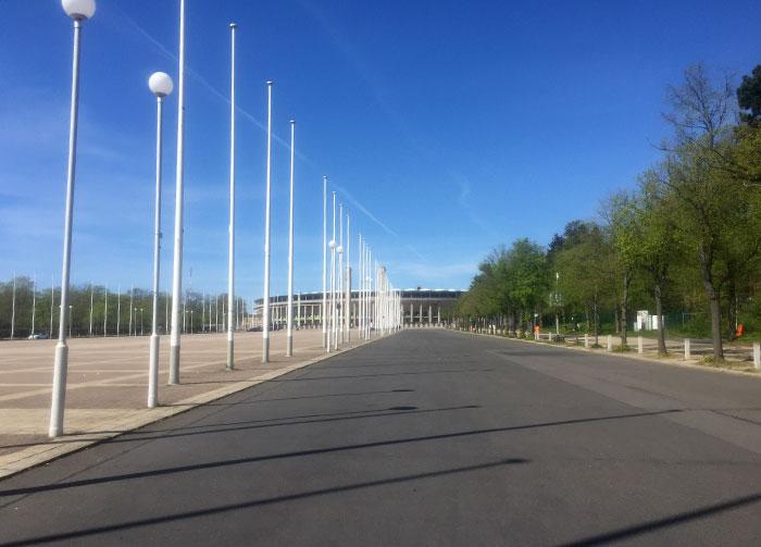 Blick über die Straße am Olympischen Platz auf das Olympiastadion