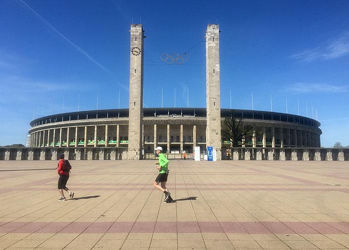 Zwei Läufer auf dem leeren Vorplatz am Olympiastadion