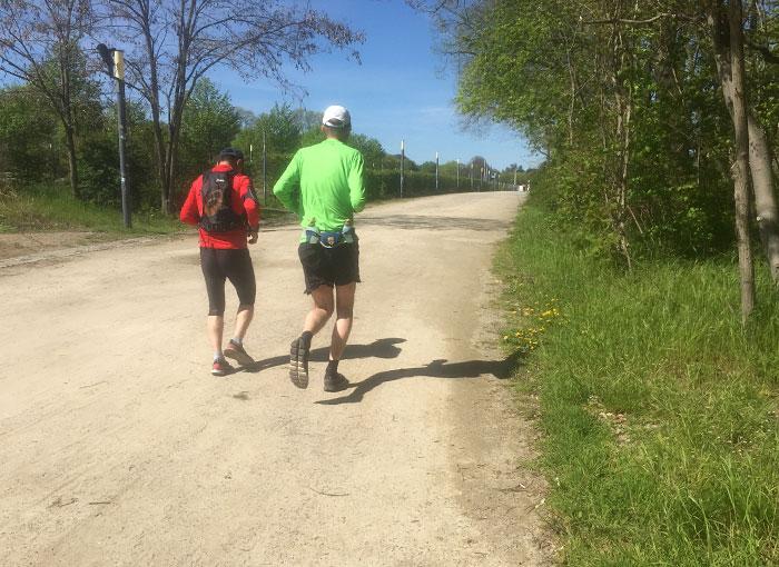 Läufer auf sandigem Weg