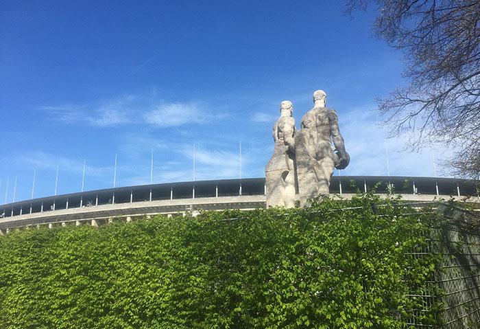 Rückseite einer Statue zweier Mäner am Olympiastadion