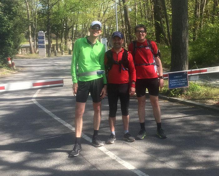 Drei Läufer in der geschlossenen Einfahrt zum Olympiastadion