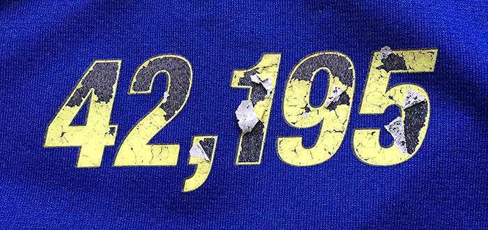 42,195 – die Marathon-Distanz, abgeblättert auf einem Laufshirt