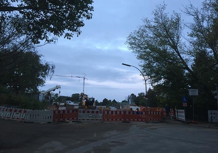 Vor der Absperrung der Baustelle am Banübergang Säntisstraße in der Morgendämmerung