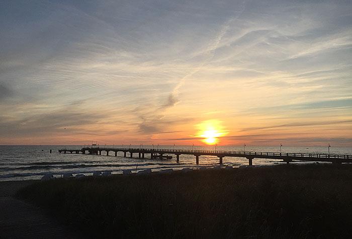 Die Sonne geht auf über der Seebrücke Göhren