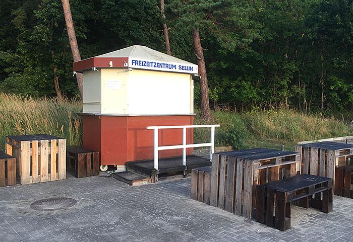 """Kleiner Kiosk, beschriftet mit """"Freizeitzentrum Sellin"""""""