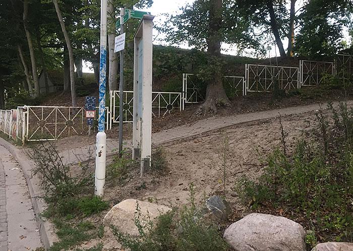 Alte weiße Geländer führen nach rechts zum Hochuferweg