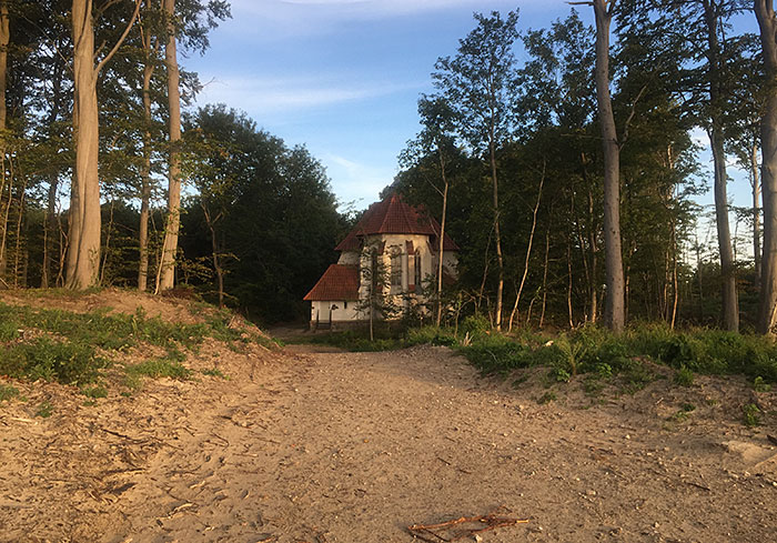 Kleine Kirche am Rand des Hochuferwegs