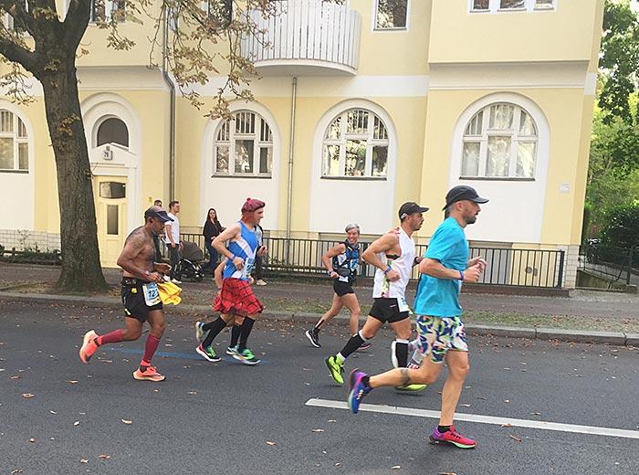 Marathon-Läufer im Schottenrock