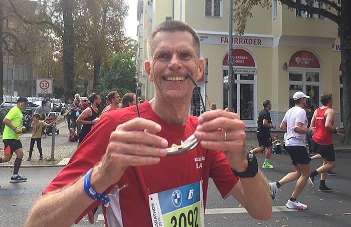 Marathonläufer bleibt stehen und lächelt