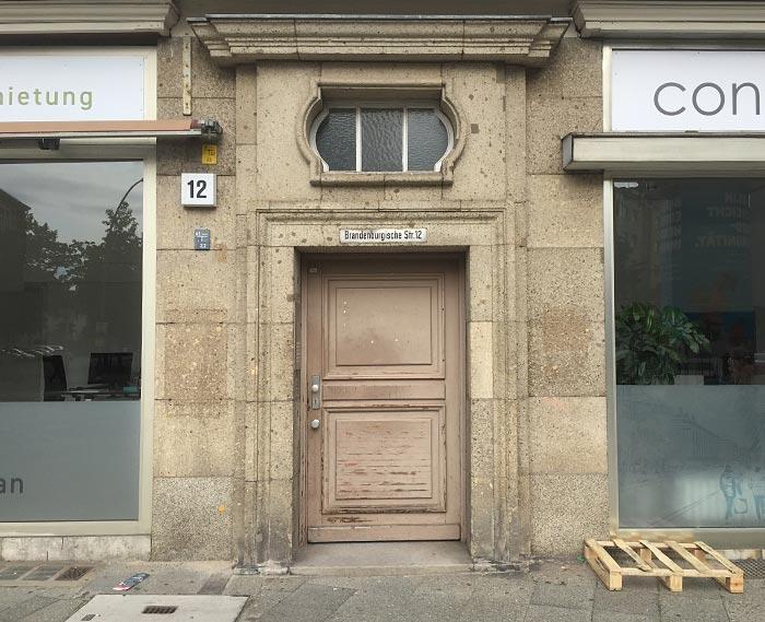 Alte Tür zwischen zwei modernen Geschäften