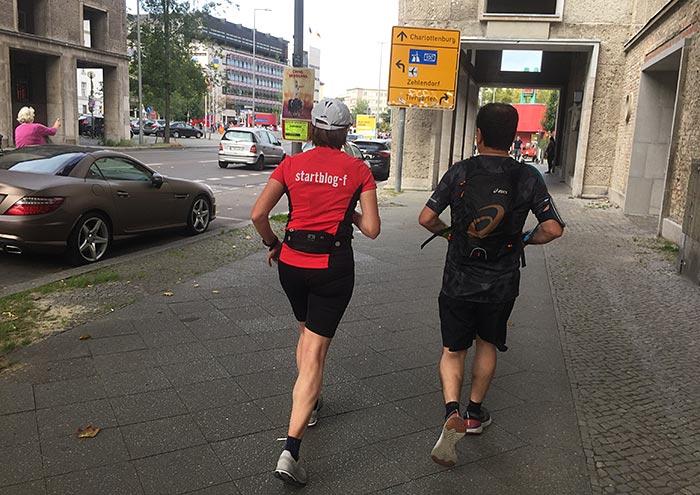 Läuferin und Läufer mit Blick auf die Kreuzung am Fehrbelliner Platz