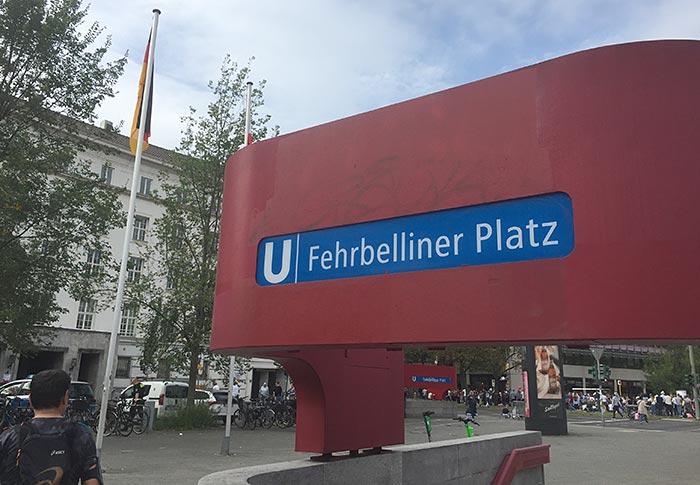 """U-Bahn-Eingang mit Schild """"Fehrbelliner Platz"""""""