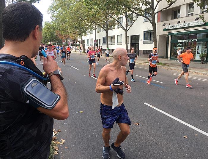 Alter Marathonläufer mit nacktem Oberkörper