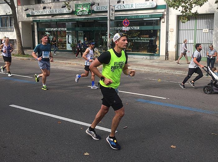 Läufer im neonfarbenen Laufshirt
