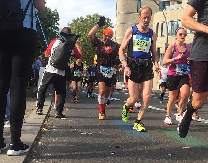 Zuschauer und Läufer klatschen sich ab