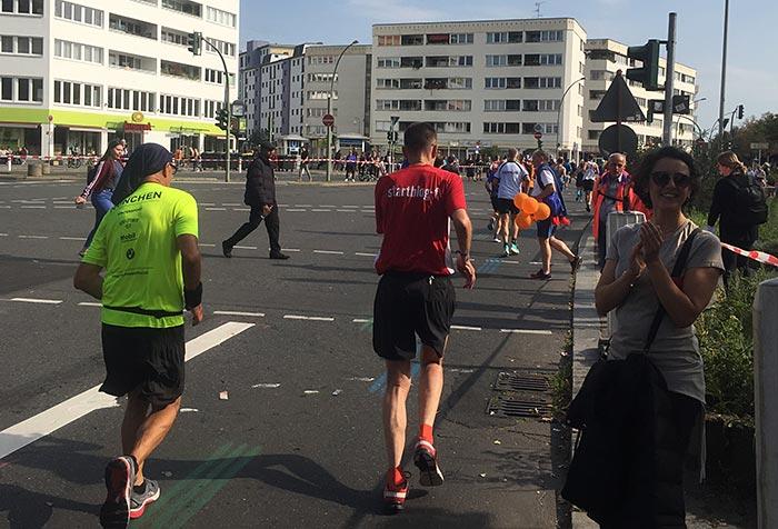Läufer in rotem Shirt laufend von hinten