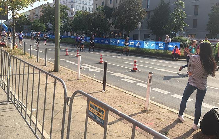 Läufer:innen an der Goebenstraße, im Vordergrund eine junge Zuschauerin