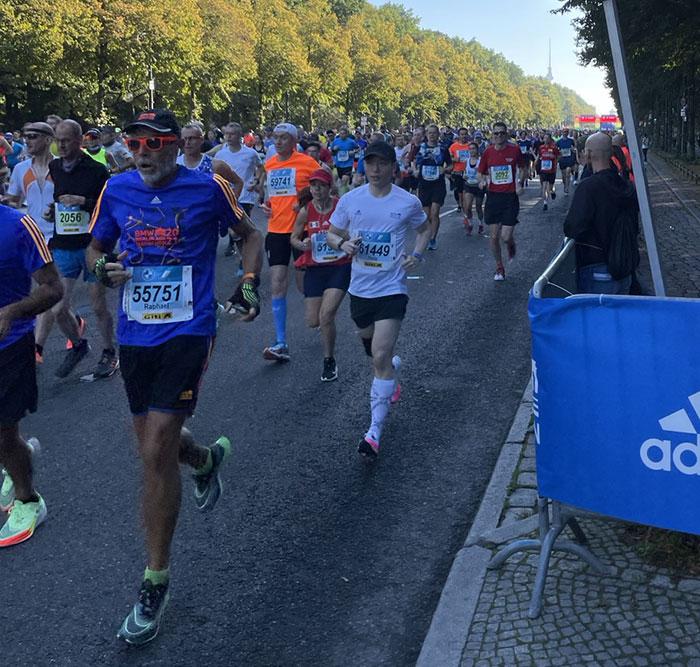 Läuferinnen und Läufer beim Start des Berlin-Marathon 2021, im Hintergrund der Fernsehturm