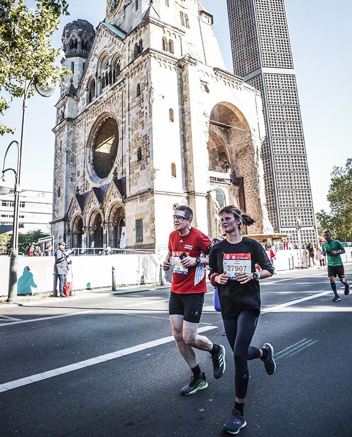 Läuferin und Läufer an der Kaiser-Wilhelm-Gedächtniskirche