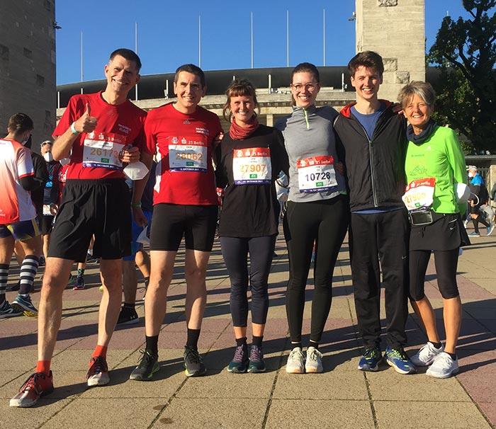 Gruppenbild der Läuferinnen und Läufer vor dem Eingang des Olympiastadions