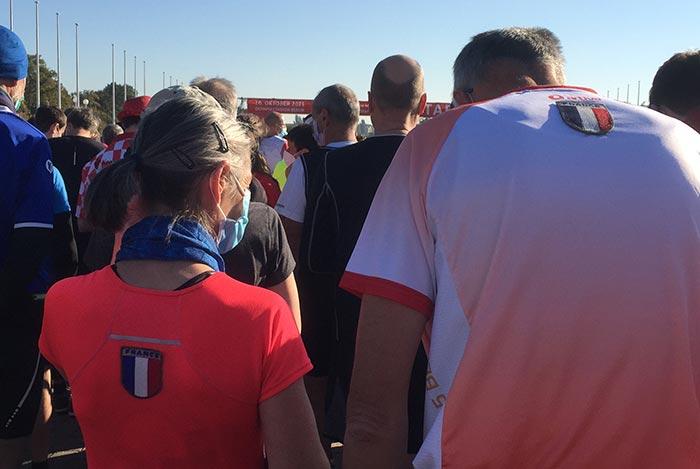 Französisches Paar mit Frankreich-Emblem auf dem Rücken