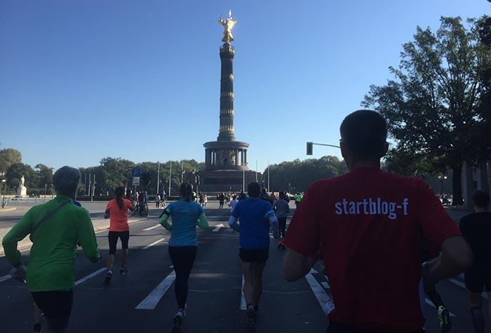 Läuferinnen und Läufer mit Blick auf die Siegessäule