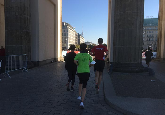 Laufgruppe beim Durchlaufen des Brandenburger Tors