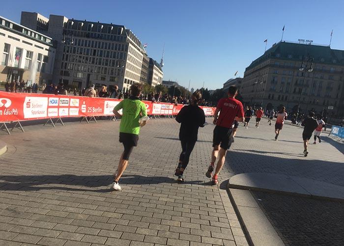 Laufgruppe auf dem Pariser Platz mit Blick auf das Hotel Adlon