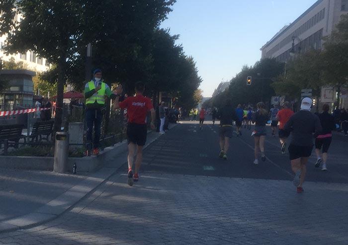 startblog-f-Läufer klatscht einen befreundeten Helfer ab