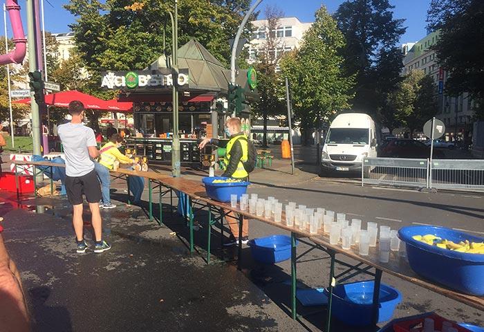 Helfer am Getränkestand am Wittenbergplatz