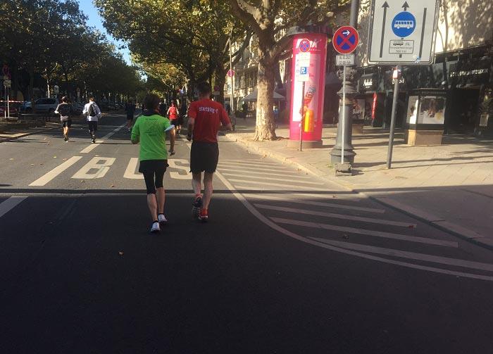 Läuferin und Läufer auf dem Kurfürstendamm
