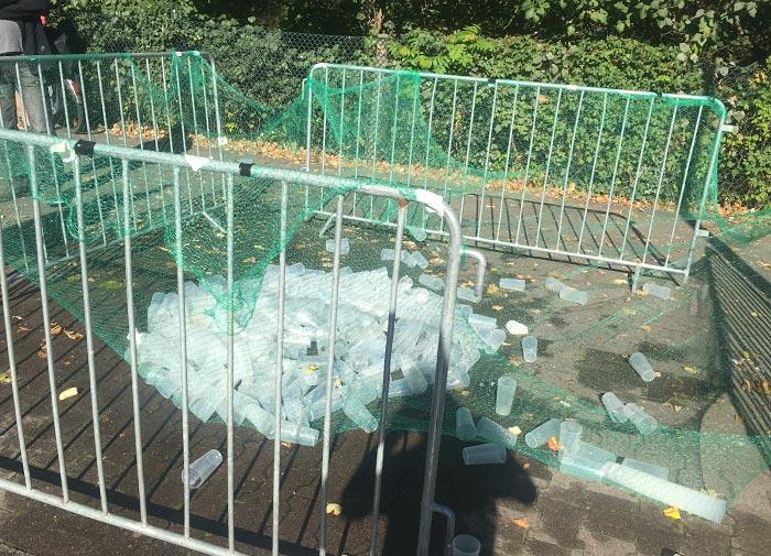 Gitter mit leeren Wasserbechern