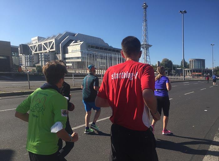 Läuferinnen und Läufer, im Hintergrund das ICC und der Fernsehturm