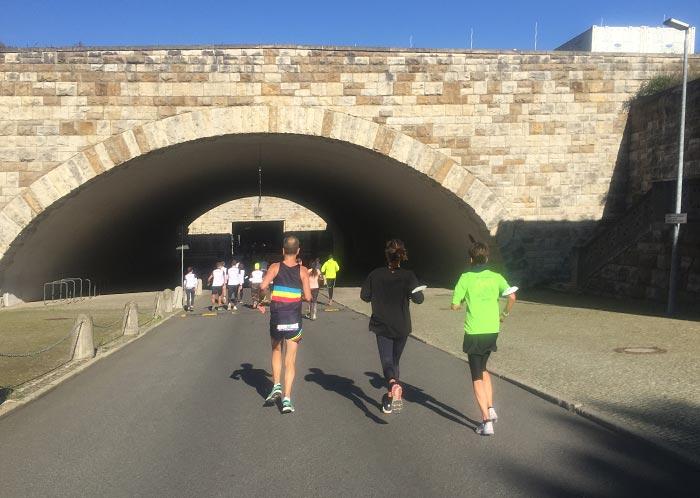 Läufer und Läuferinnen auf dem Weg in die Tiefgarage des Olympiastadions