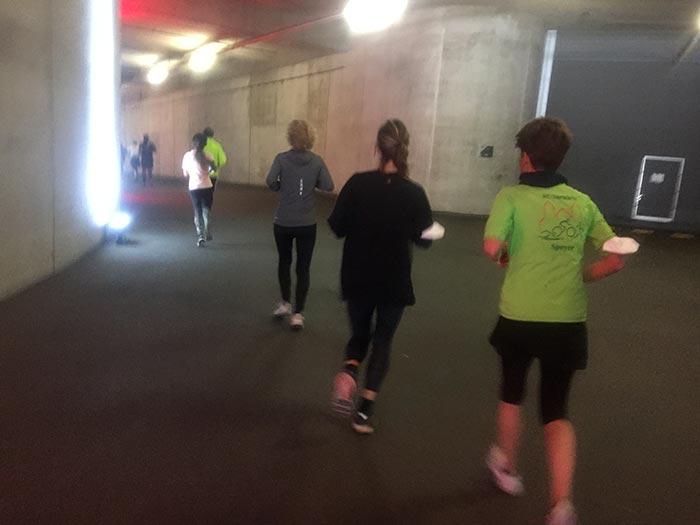 Läuferinnen und Läufer in der beleuchteten Tiefgarage