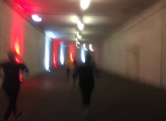 Verwischte rote und weiße Lichter in der Tiefgarage