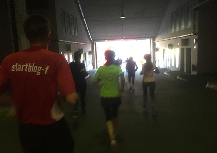 Läuferinnen und Läufer laufen auf das Licht am Ende der Tiefgarage zu