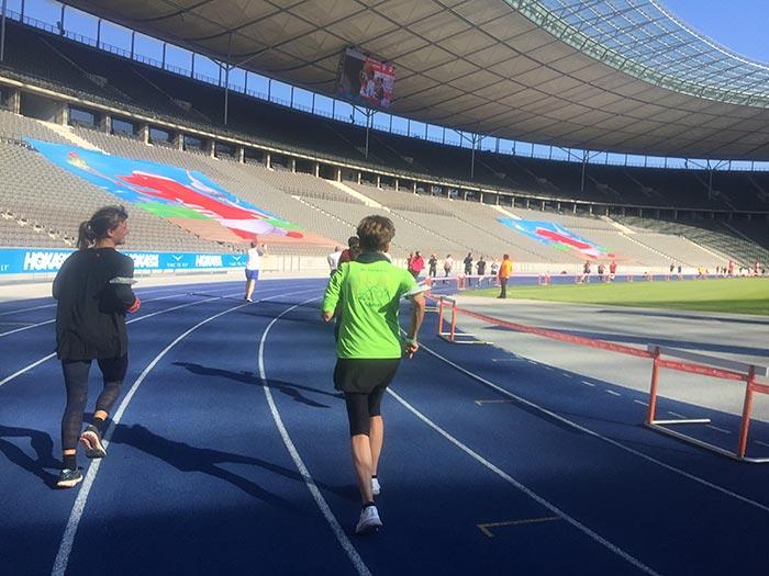 Läuferinnen auf der blauen Bahn des Berliner Olympiastadions