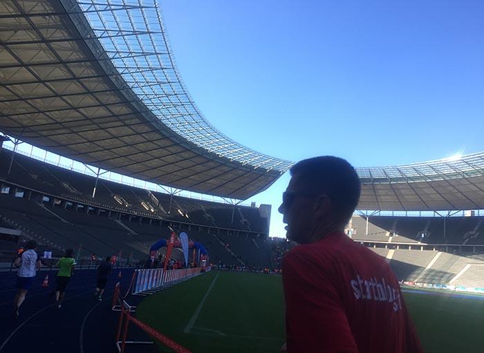 startblog-f-Läufer im Profil vor dem Dach des Olympiastadions