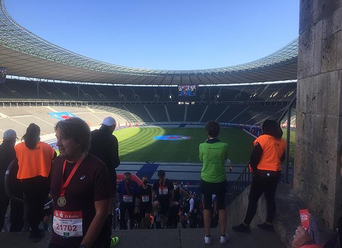Blick vom Marathontor in das weite Rund des Olympiastadions